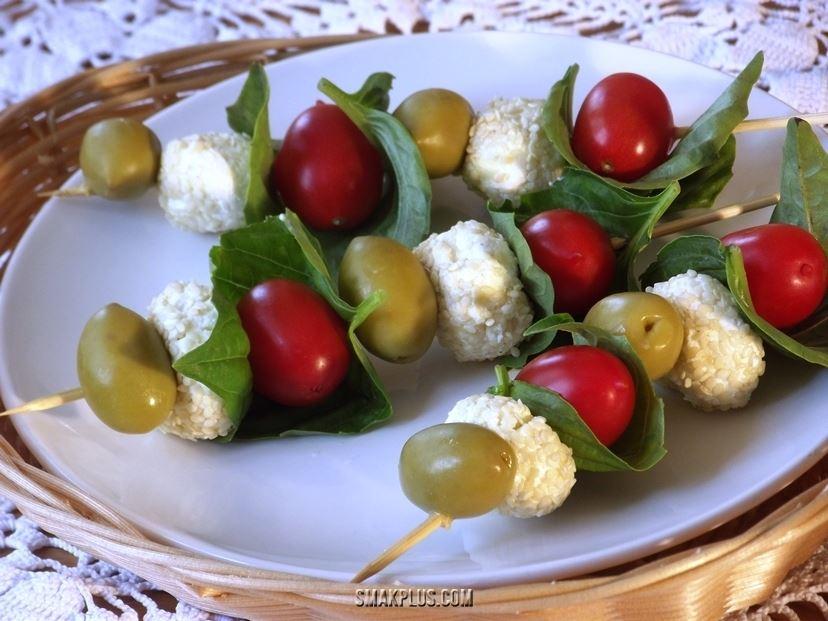 Закуска на шпажках <em>під грецький салат</em>