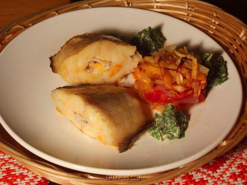 Запечена риба тріска з овочами і зеленим маслом