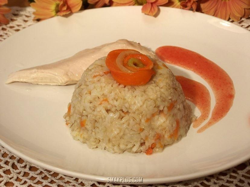 Простий плов із нешліфованого рису з куркою і солодким перцем