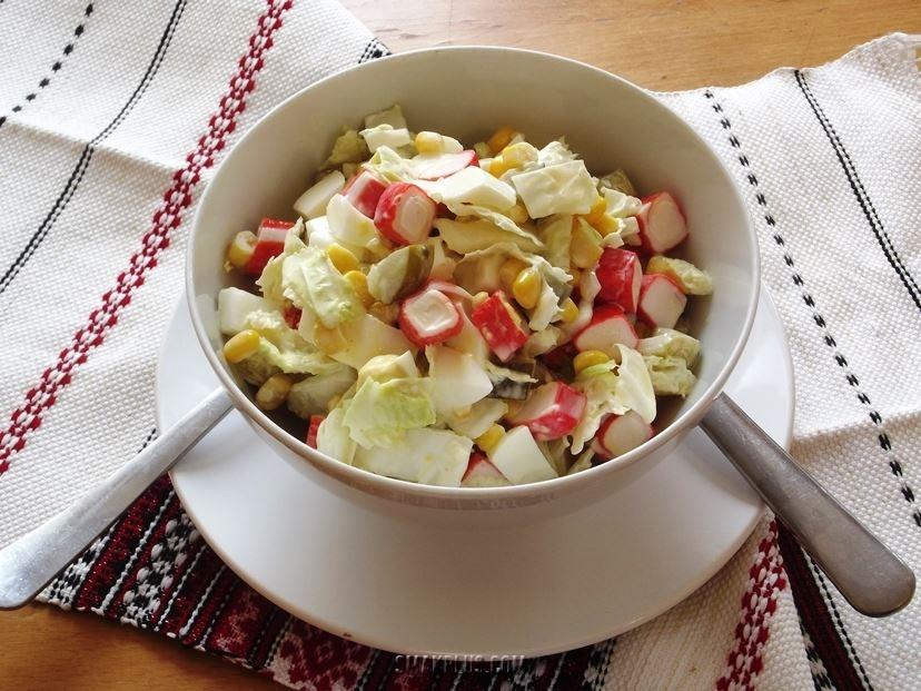Салат з крабовими паличками і кукурудзою і з пекінською капустою
